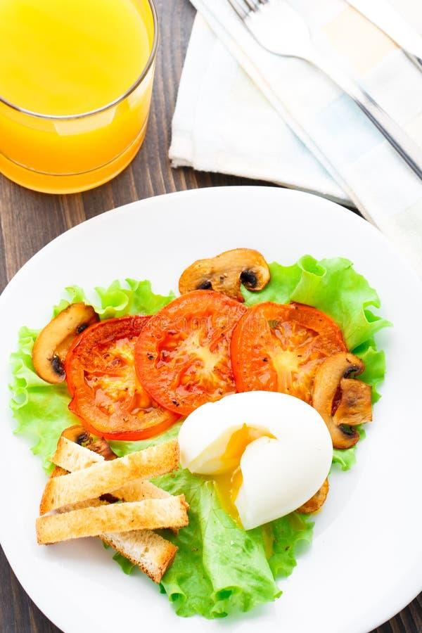 Ελαφρύ πρόγευμα με το μαλακά αυγό, την ντομάτα και croutons στοκ φωτογραφίες