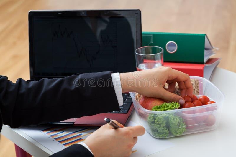 Ελαφρύ φρέσκο γεύμα στο γραφείο στοκ εικόνα