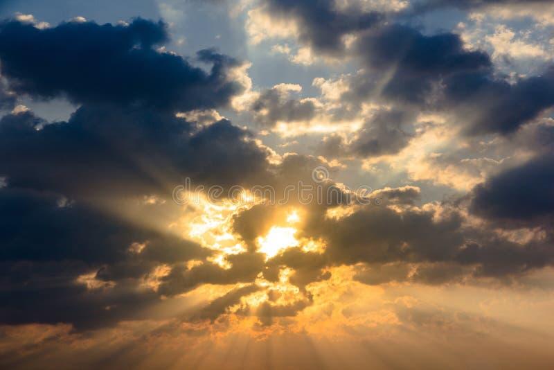 Ελαφρύ χρώμα λυκόφατος ουρανού σύννεφων ακτίνων ηλιαχτίδων στοκ εικόνες με δικαίωμα ελεύθερης χρήσης