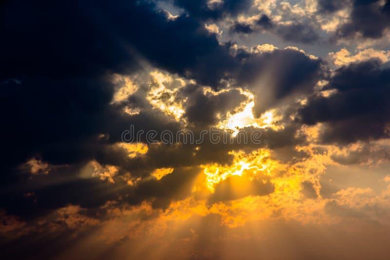 Ελαφρύ χρώμα λυκόφατος ουρανού σύννεφων ακτίνων ηλιαχτίδων στοκ φωτογραφία