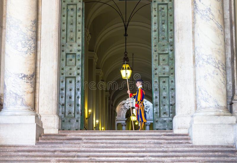 Ελβετική φρουρά σε μια είσοδο οικοδόμησης Βατικάνου στοκ εικόνες
