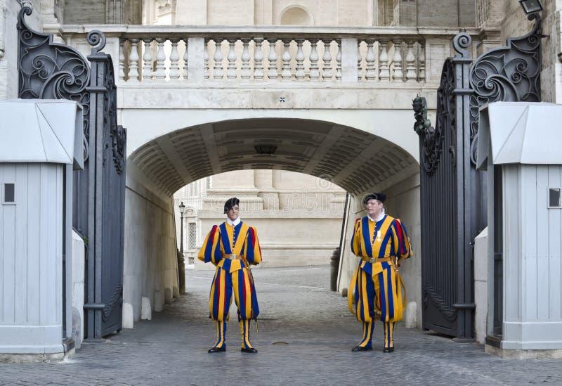 Ελβετικοί στρατιώτες που φρουρούν την είσοδο Βατικάνου