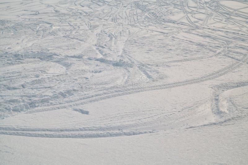 Ελβετικός χειμώνας - διαδρομές σκι στο χιόνι στοκ φωτογραφία με δικαίωμα ελεύθερης χρήσης