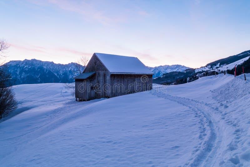 Ελβετικός χειμώνας - καλύβα κάτω από το χιόνι στοκ φωτογραφίες με δικαίωμα ελεύθερης χρήσης