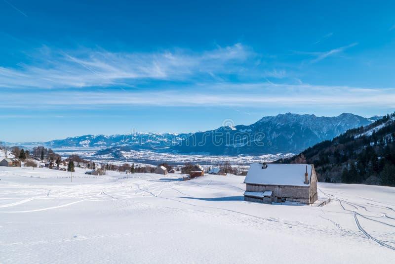Ελβετικός χειμώνας - σιταποθήκη που καλύπτεται στο χιόνι στοκ φωτογραφία με δικαίωμα ελεύθερης χρήσης