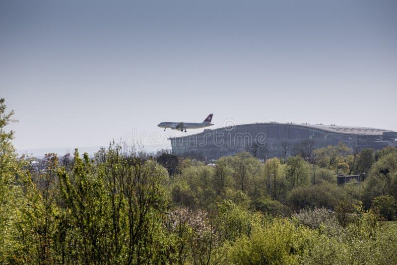 Ελβετικό αεροπλάνο που προσγειώνεται σε Heathrow μπροστά από το τερματικό 5 στοκ φωτογραφία με δικαίωμα ελεύθερης χρήσης