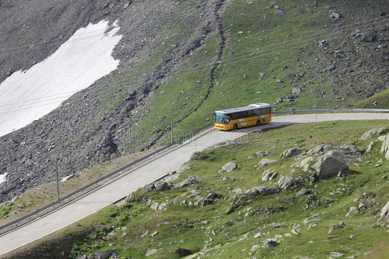 Ελβετικό βουνό με το λεωφορείο στοκ εικόνες με δικαίωμα ελεύθερης χρήσης