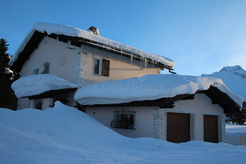 Ελβετικό σπίτι το χειμώνα στοκ εικόνες
