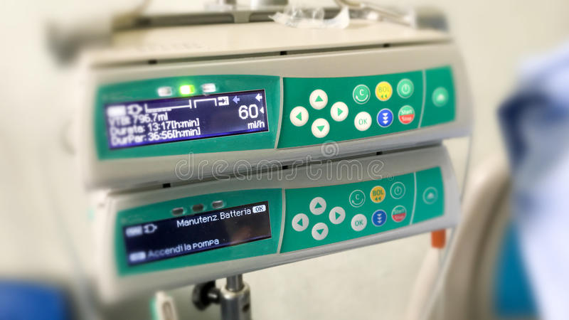 Ελεγκτής μηχανών για ενδοφλέβια IV έγχυση για τον ασθενή στο ho στοκ φωτογραφία