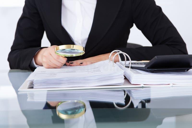 Ελεγκτής που διερευνά τα οικονομικά έγγραφα στοκ φωτογραφίες με δικαίωμα ελεύθερης χρήσης