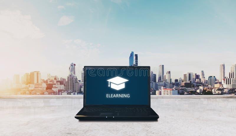 Ε-εκμάθηση στο lap-top υπολογιστών και το υπόβαθρο ανατολής πόλεων Σε απευθείας σύνδεση έννοια εκπαίδευσης και ε-εκμάθησης στοκ φωτογραφία