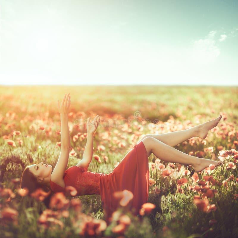 Ελευθερία η μπλε οικολογία ανθίζει τις υγιείς γυναίκες ουρανού ανθρώπων φύσης τρόπου ζωής στοκ εικόνες