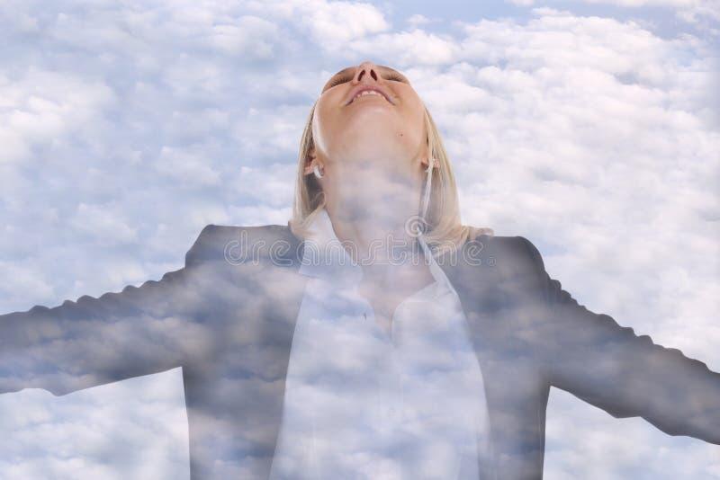 Ελεύθερα σύννεφα διευθυντών έννοιας ελευθερίας επιχειρηματιών επιχειρησιακών γυναικών στοκ φωτογραφίες με δικαίωμα ελεύθερης χρήσης