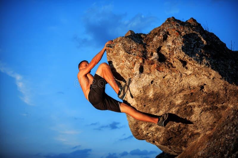 Ελεύθερη εκμετάλλευση ορειβατών στον απότομο βράχο στοκ φωτογραφίες