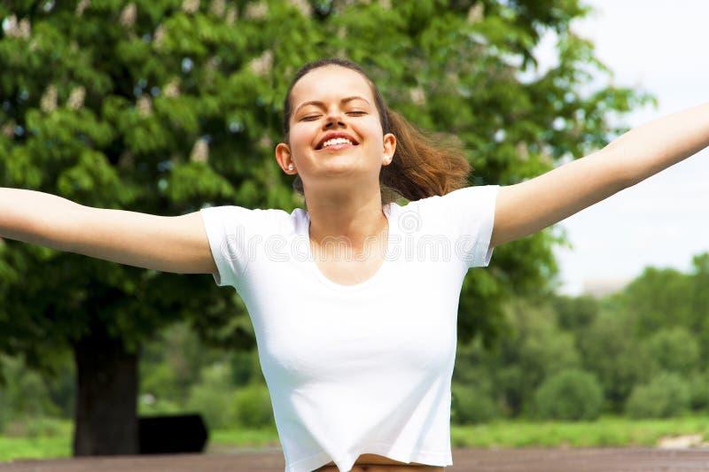 Ελεύθερη ευτυχής γυναίκα που απολαμβάνει τη φύση κορίτσι ομορφιάς υπαίθρι&o στοκ εικόνα με δικαίωμα ελεύθερης χρήσης