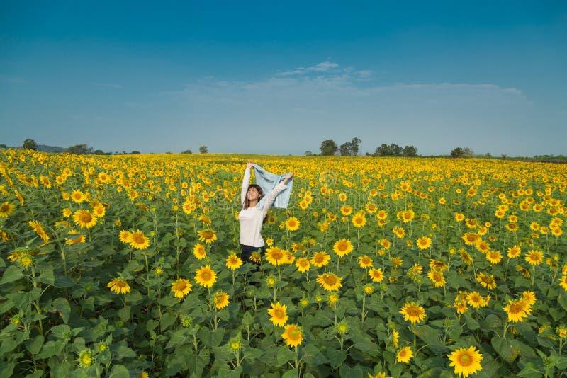 Ελεύθερη ευτυχής νέα γυναίκα που απολαμβάνει τη φύση κορίτσι ομορφιάς υπαίθρι&o Fre στοκ φωτογραφία με δικαίωμα ελεύθερης χρήσης