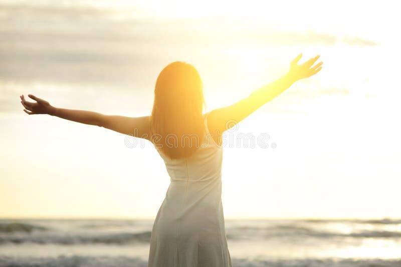 Ελεύθερη και ευτυχής γυναίκα χαμόγελου στοκ φωτογραφία με δικαίωμα ελεύθερης χρήσης