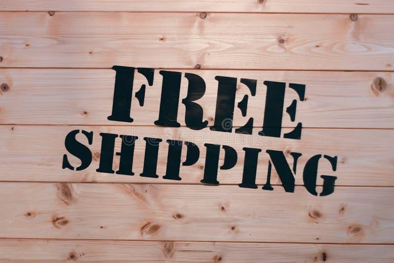ελεύθερη ναυτιλία Ελεύθερη λέξη ναυτιλίας στο ξύλινο κιβώτιο μεταφορών Ελεύθερη στέλνοντας συσκευασία στοκ εικόνες