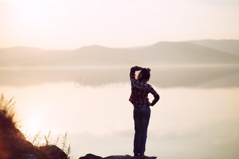 Ελεύθερος και χαλαρώστε όμορφες νεολαίες γυναικών στοκ φωτογραφία με δικαίωμα ελεύθερης χρήσης