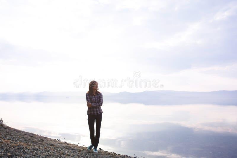 Ελεύθερος και χαλαρώστε όμορφες νεολαίες γυναικών στοκ φωτογραφίες