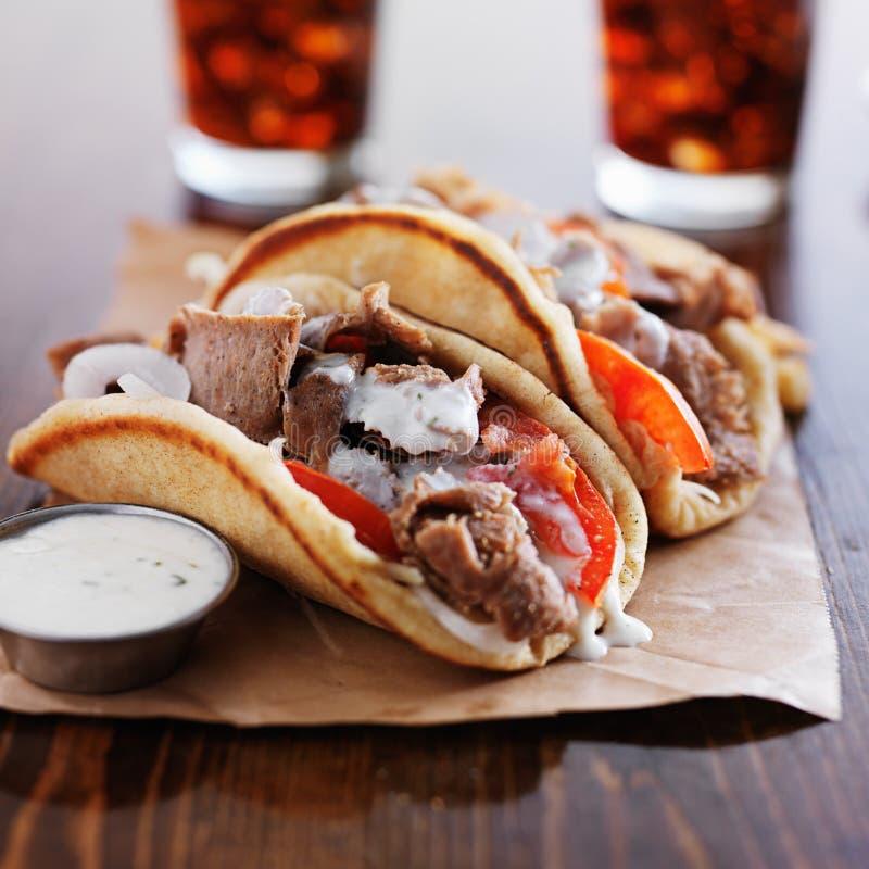 Ελληνικά γυροσκόπια με τη σάλτσα και τα τηγανητά tzatziki στοκ εικόνες με δικαίωμα ελεύθερης χρήσης