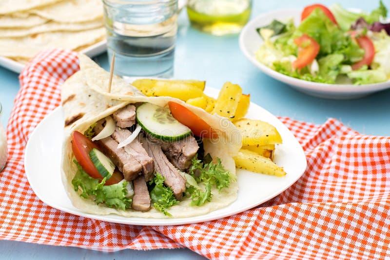 Ελληνικά γυροσκόπια με το χοιρινό κρέας, τα λαχανικά και το σπιτικό ψωμί pita στοκ φωτογραφίες με δικαίωμα ελεύθερης χρήσης