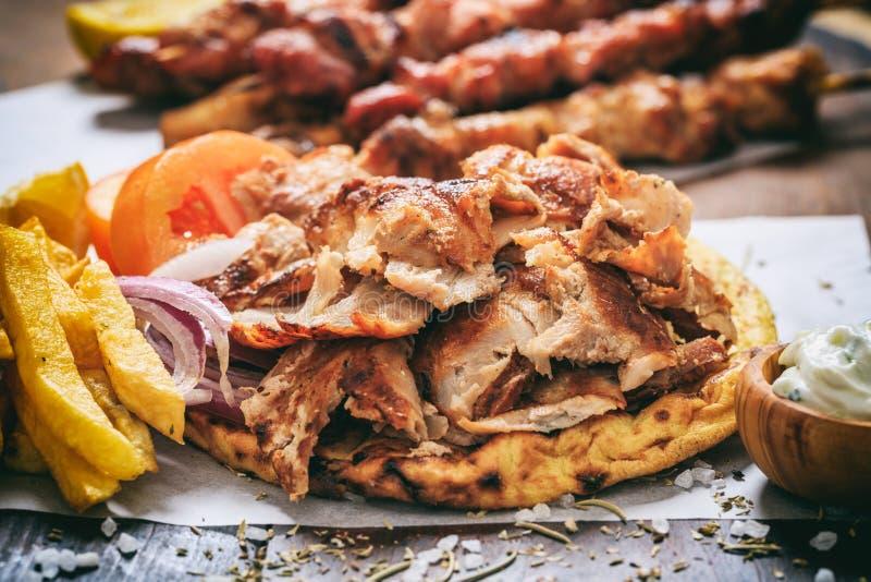Ελληνικά γυροσκόπια σε ένα ψωμί pita στοκ φωτογραφία με δικαίωμα ελεύθερης χρήσης