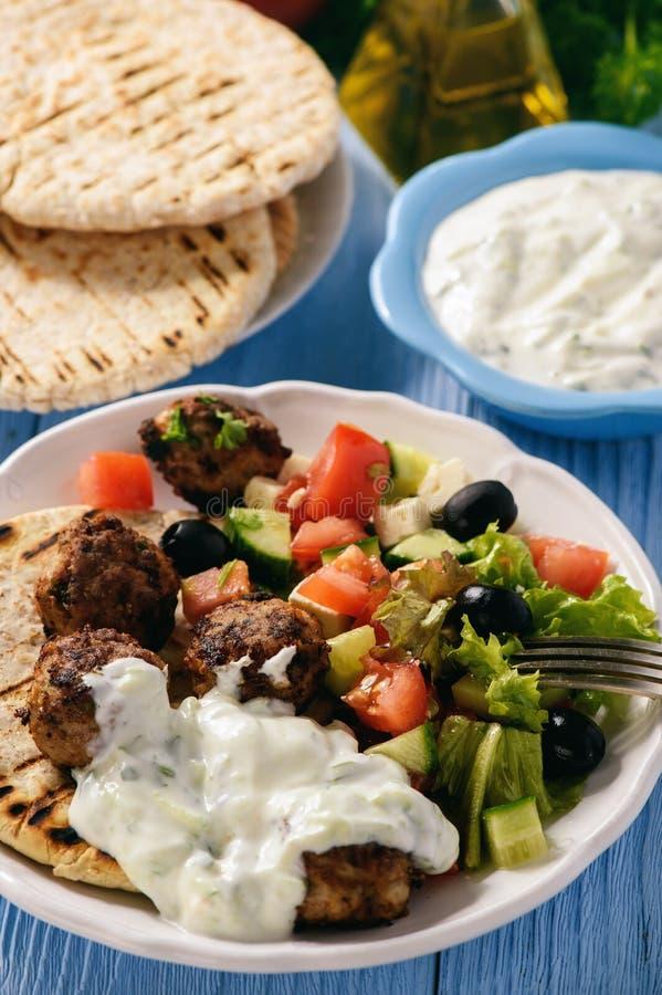 Ελληνικά κεφτή keftedes με την εμβύθιση ψωμιού και tzatziki pita στοκ εικόνες