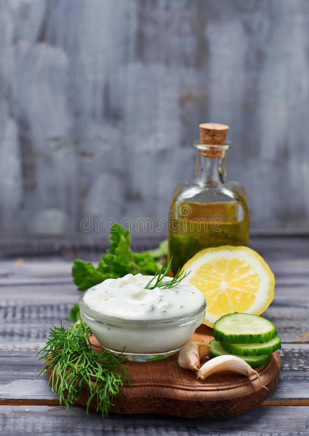 Ελληνικά tzatziki σάλτσας και αγγούρι, μέντα, άνηθος, σκόρδο, λεμόνι, oi στοκ φωτογραφίες με δικαίωμα ελεύθερης χρήσης