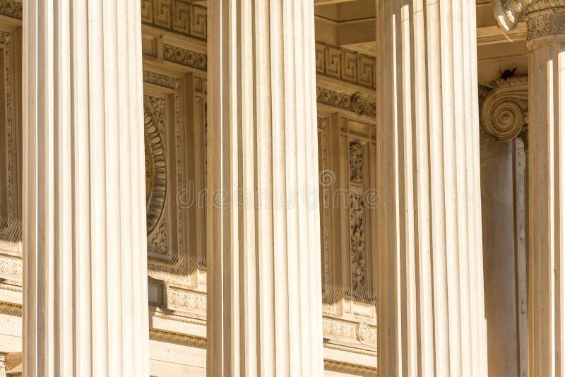 Ελληνικές πέτρινες στήλες ναών στοκ εικόνα