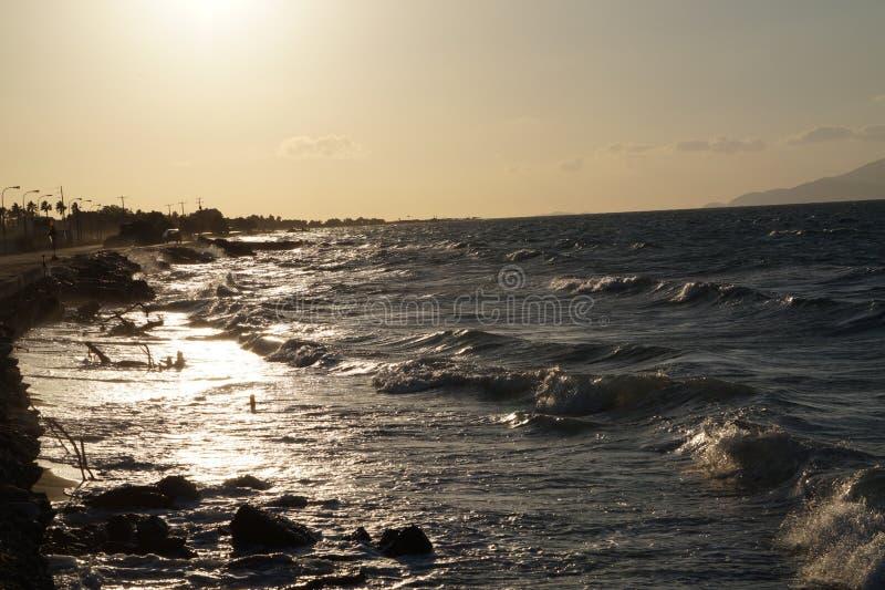 Ελληνική ηλιοφάνεια επάνω στα κύματα στοκ εικόνες
