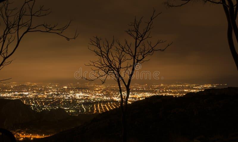 Ελληνική πόλη από το βουνό τή νύχτα στοκ φωτογραφία