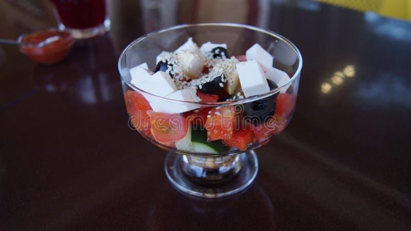 Ελληνική σαλάτα σε ένα βάζο γυαλιού στοκ φωτογραφία