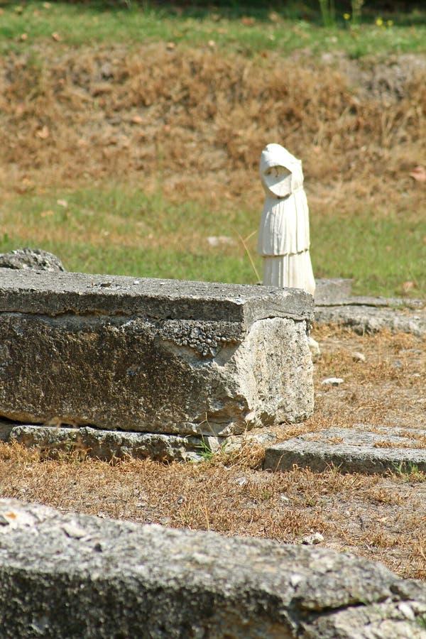 Ελληνικός αρχαΐζων κορμός αγαλμάτων στο Dion, Ελλάδα στοκ εικόνα