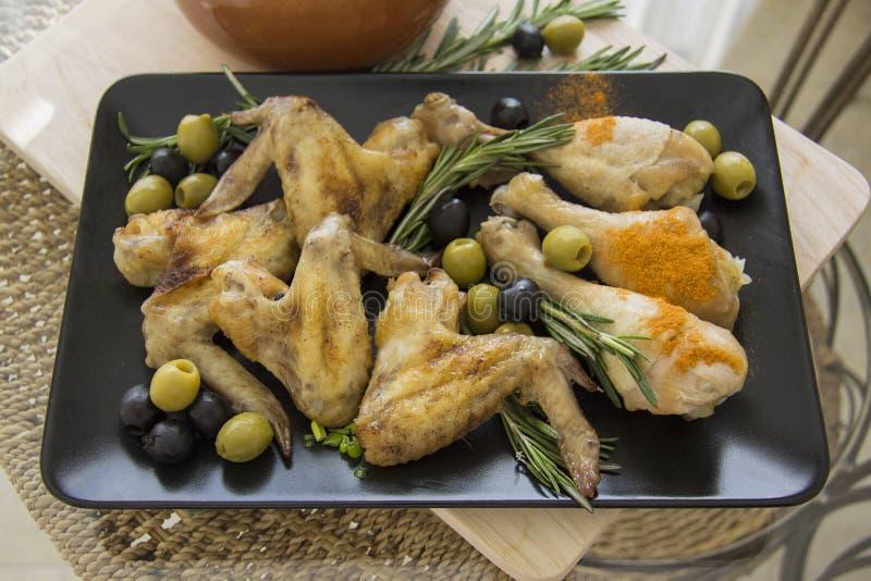 Ελληνικό κοτόπουλο με τα χορτάρια στοκ εικόνες
