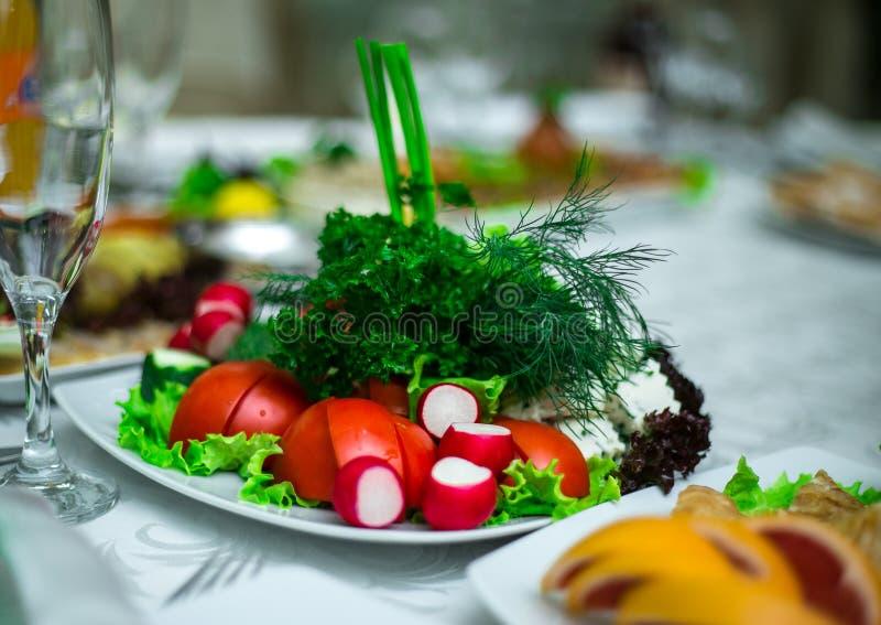 Ελληνικό μεσημεριανό γεύμα σαλάτας φρέσκων λαχανικών στοκ εικόνα