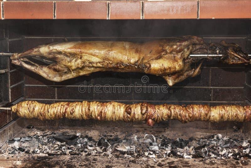 Ελληνικό παραδοσιακό kokoretsi τροφίμων σχαρών στοκ φωτογραφία