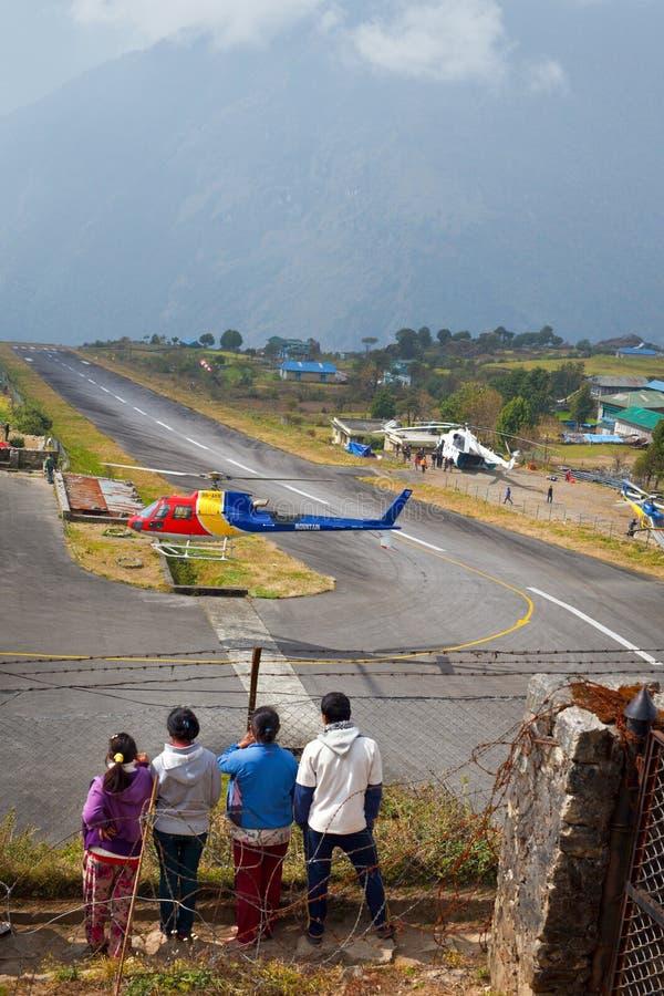 Ελικόπτερο βουνών στον αερολιμένα Lukla στοκ φωτογραφίες με δικαίωμα ελεύθερης χρήσης