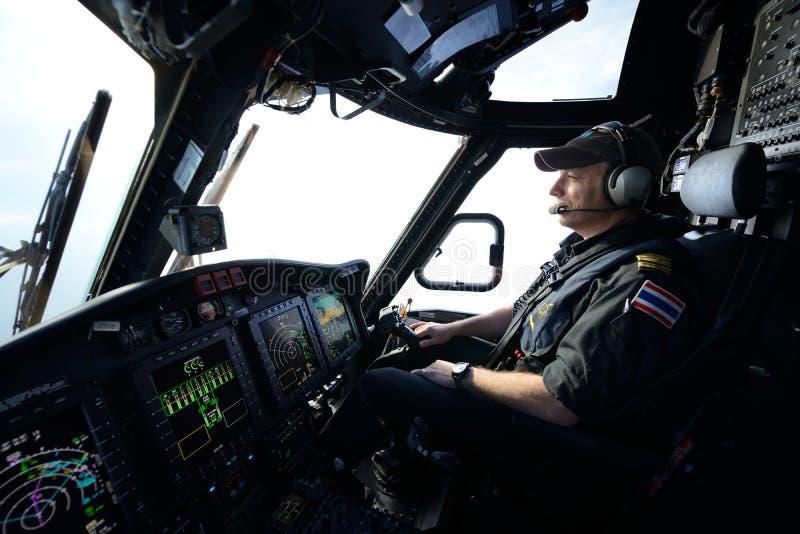 Ελικόπτερο πειραματικό κατά την πτήση για τη λειτουργία πλατφορμών άντλησης πετρελαίου στοκ φωτογραφίες