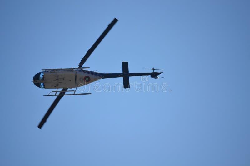 Ελικόπτερο που πετά κάτω από την άποψη στοκ εικόνες με δικαίωμα ελεύθερης χρήσης