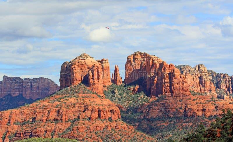 Ελικόπτερο που πετά πέρα από το βράχο καθεδρικών ναών στοκ εικόνες