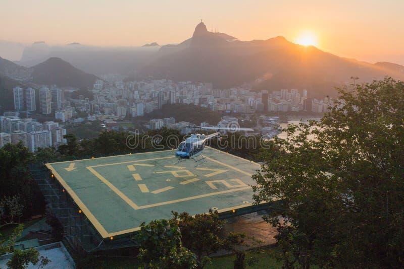Ελικόπτερο που προσγειώνεται στο Ρίο ντε Τζανέιρο στοκ φωτογραφίες