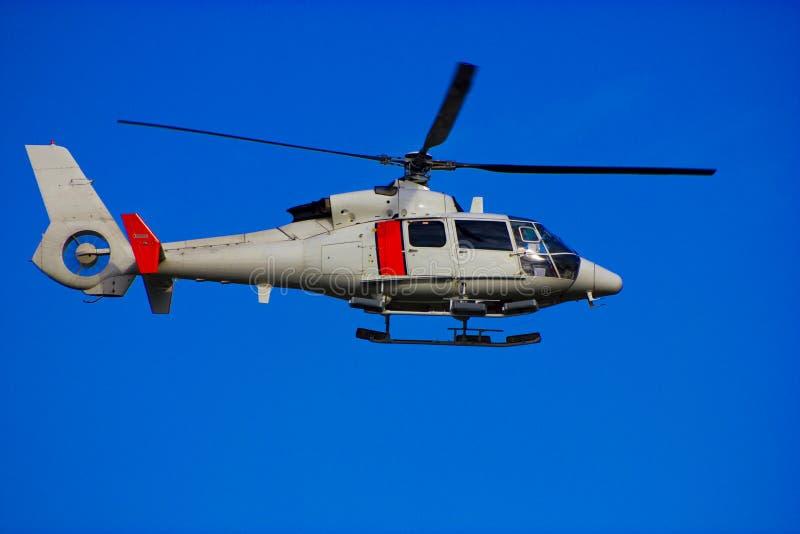 Ελικόπτερο στον ασυννέφιαστο ουρανό στοκ φωτογραφία με δικαίωμα ελεύθερης χρήσης