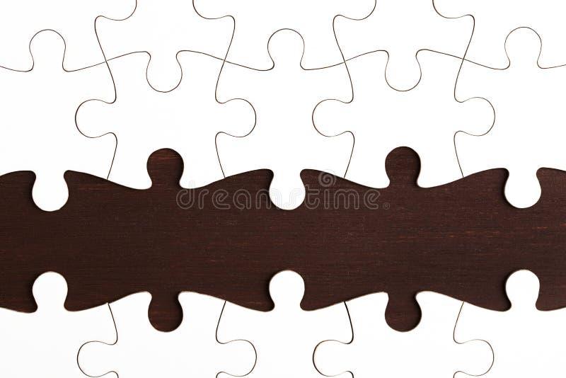 Ελλιπής γρίφος στο σκοτεινό ξύλινο πίνακα στοκ φωτογραφία με δικαίωμα ελεύθερης χρήσης