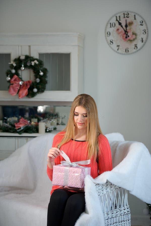 Ελκυστικά νέα δώρα Χριστουγέννων ανοίγματος γυναικών που εξετάζουν ΓΠ στοκ εικόνες με δικαίωμα ελεύθερης χρήσης
