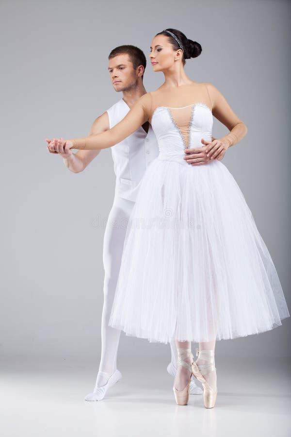 Ελκυστικά χορεύοντας χέρια εκμετάλλευσης ζευγών. στοκ εικόνες