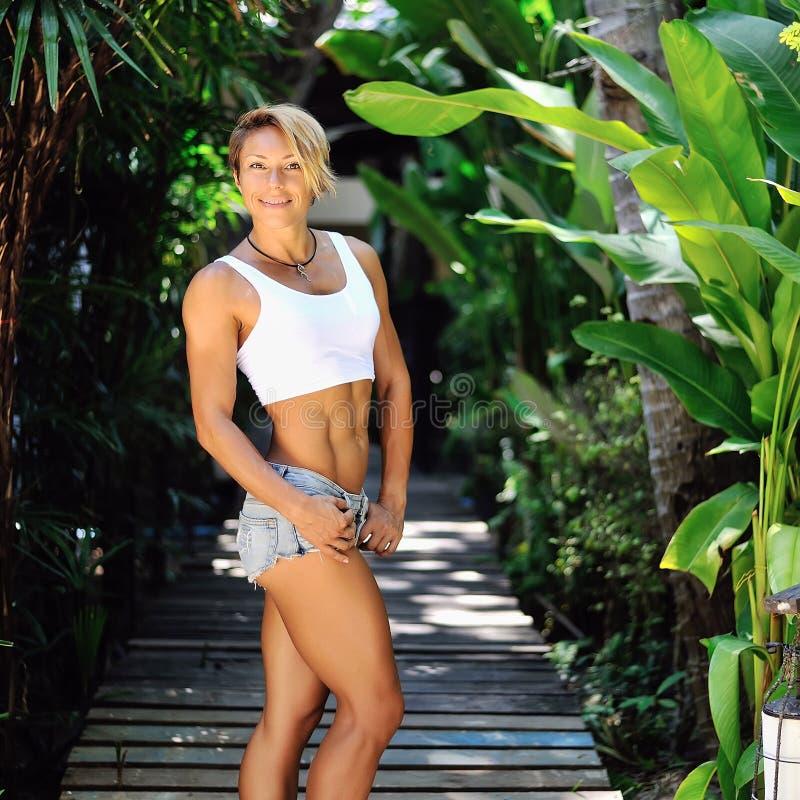 ελκυστικές υπαίθριες ν& Λεπτό και υγιές θηλυκό πρότυπο στοκ εικόνα