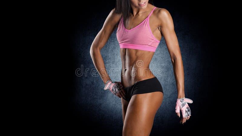 Ελκυστική γυναίκα ικανότητας, εκπαιδευμένο θηλυκό σώμα στοκ εικόνα με δικαίωμα ελεύθερης χρήσης