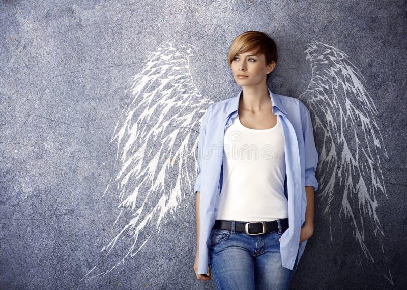 Ελκυστική γυναίκα με τα φτερά αγγέλου στοκ εικόνα με δικαίωμα ελεύθερης χρήσης