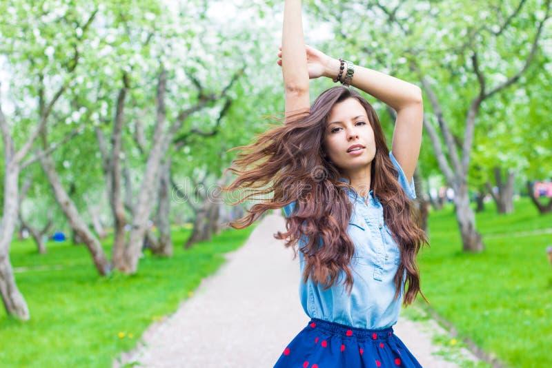 Ελκυστική γυναίκα με την περιστροφή τρίχας πετάγματος στο πάρκο στοκ εικόνα με δικαίωμα ελεύθερης χρήσης